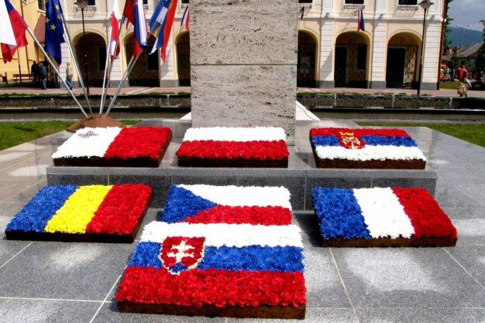 Ilustračný obrázok k článku FOTO: Unikátna výzdoba v Brezne. Na námestí kvitnú zástavy štátov