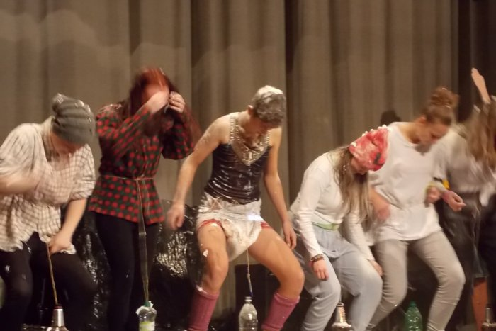 Ilustračný obrázok k článku Čo sa dialo na gymnáziu v Spišskej?! Žiaci skončili so šľahačkou a múkou vo vlasoch!