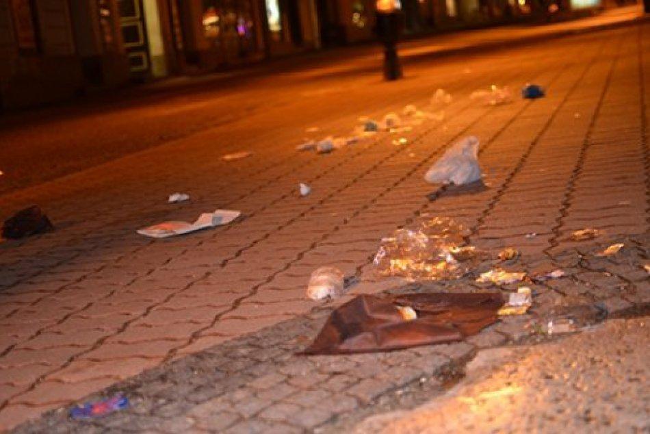 FOTO: Rušný piatok v Bystrici, z námestia sa stalo smetisko