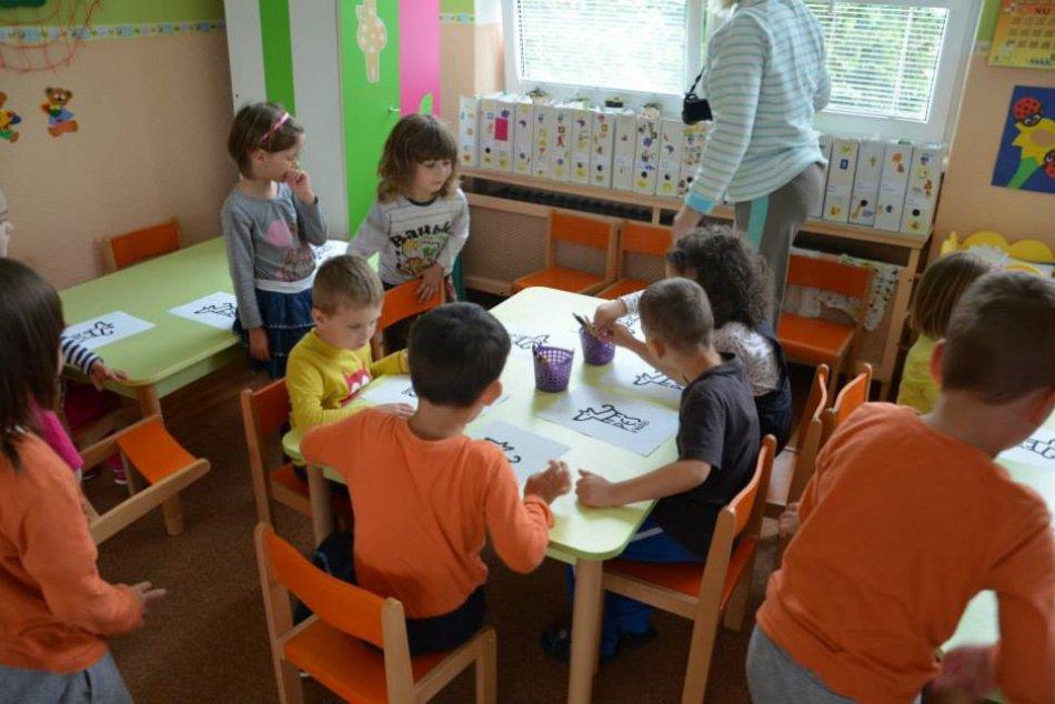 Deň detí s OZ Pes v núdzi: Škôlkárov učili starostlivosti o psíka