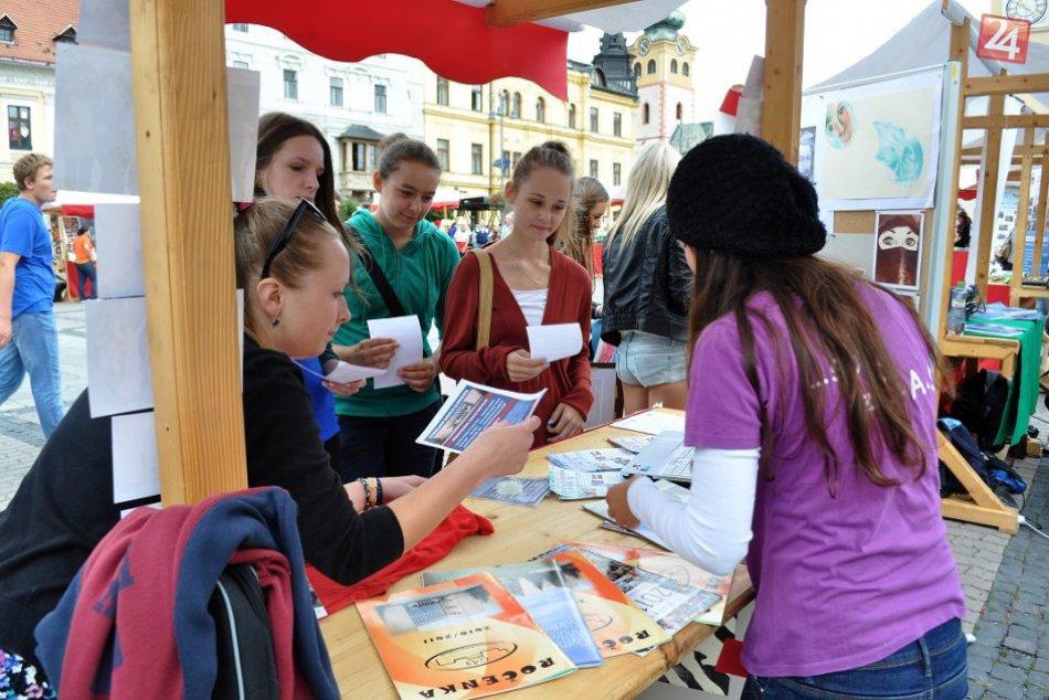 Bystrické námestie plné školákov:  Zaujala ich módna prehliadka aj koncerty škol