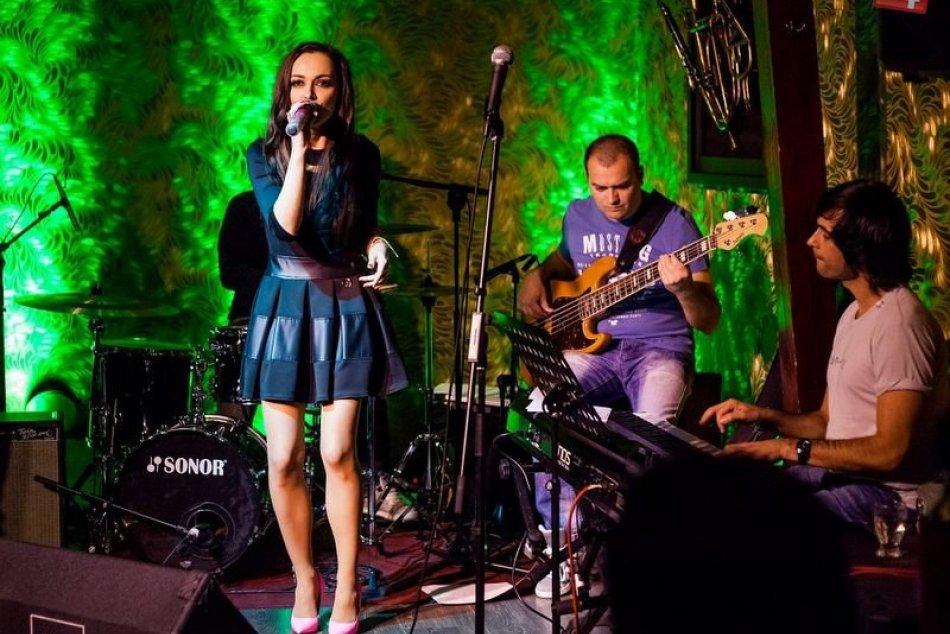 Sympatická speváčka Nika Karch