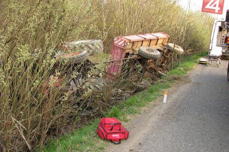 Traktor s prívesom zišiel z cesty a prevrátil sa
