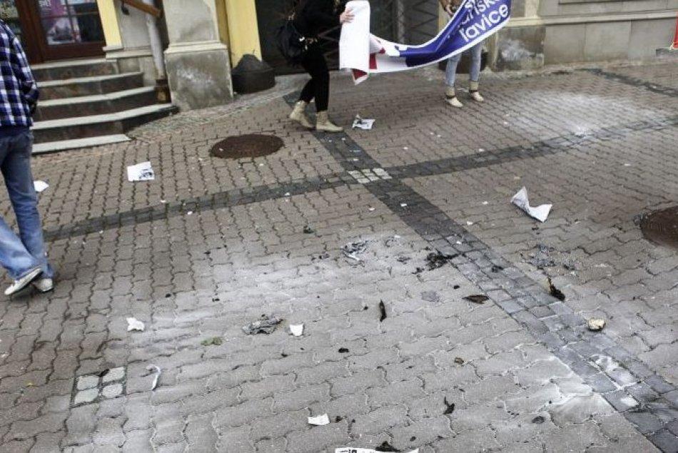 V OBRAZOCH: Na proteste proti Marianovi Kotlebovi sa pálili kópie mesačníka Náš