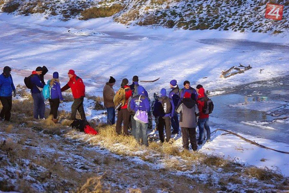 Desiatky mužov a žien skončili v ľadovej vode Laborca