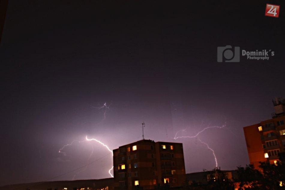 Hlohovcom sa prehnala pravá jarná búrka, nechýbali ani hromy a blesky