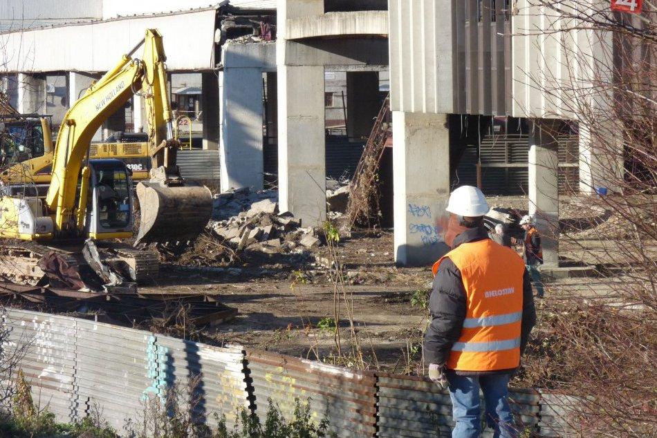 FOTO: Búracie práce na bystrickej autobuske sa začali