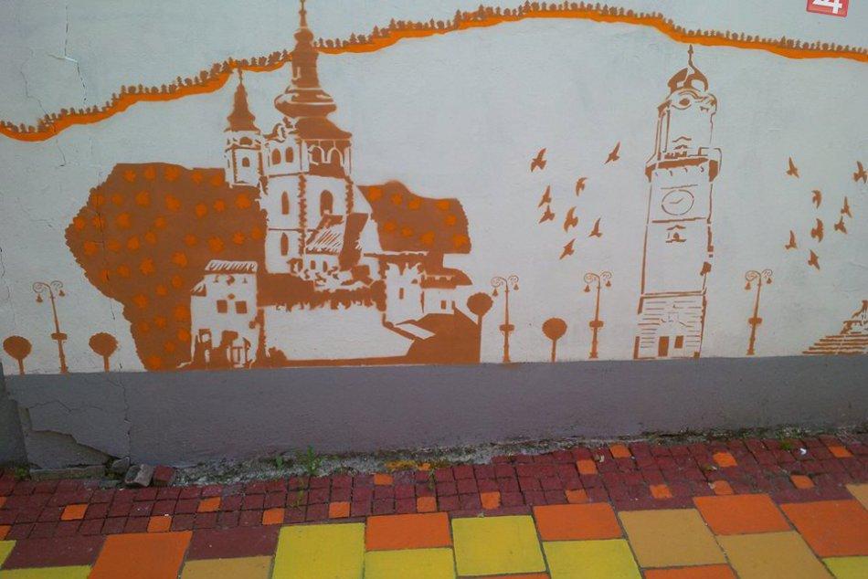 FOTO: Bystrickú uličku zdobí krásna silueta mesta, dielo šikovného umelca