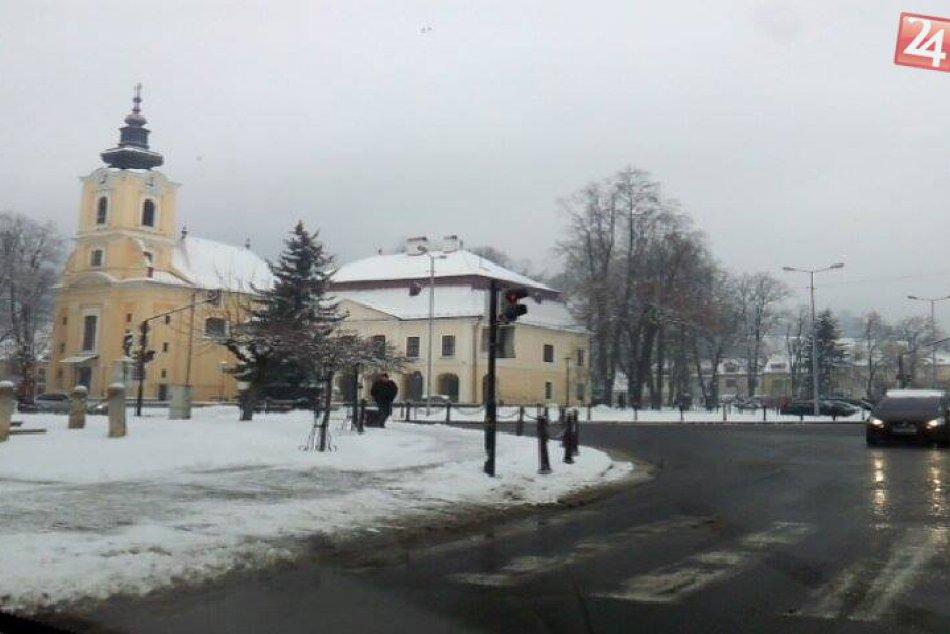 Zima sa konečne ukázala aj v Brezne: Prvý januárový sneh v meste