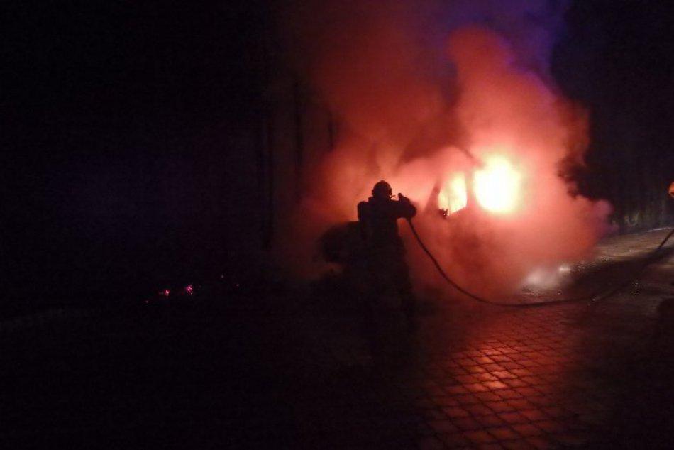 Nočný požiar dodávky: FOTO priamo z miesta zásahu hasičov