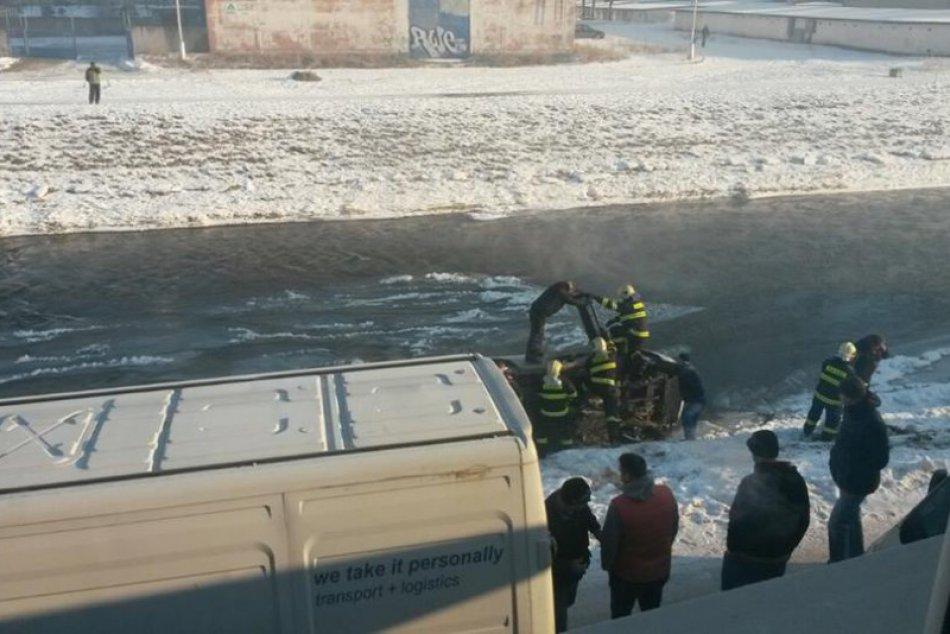 Hasiči vyťahovali auto z Hrona: Pozrite FOTO