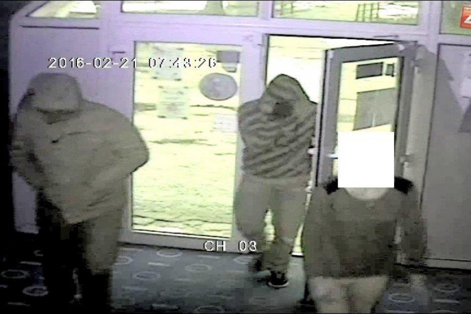Zábery z kamery: Spoznávate týchto podozrivých mužov?