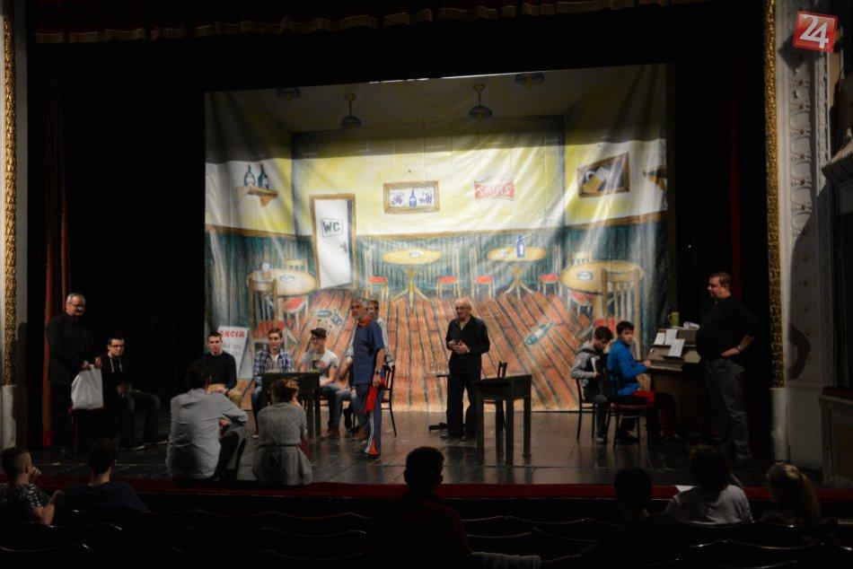 Takto to vyzerá na skúške divadelnej hry Novoveskí študenti
