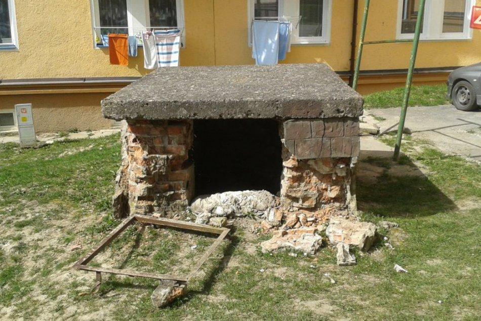 Zničená šachta na Dukelskej ulici