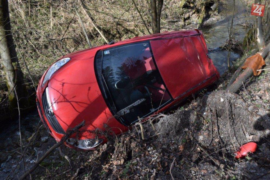 Opel na hrozivých fotkách: Zakliesnený nad potokom