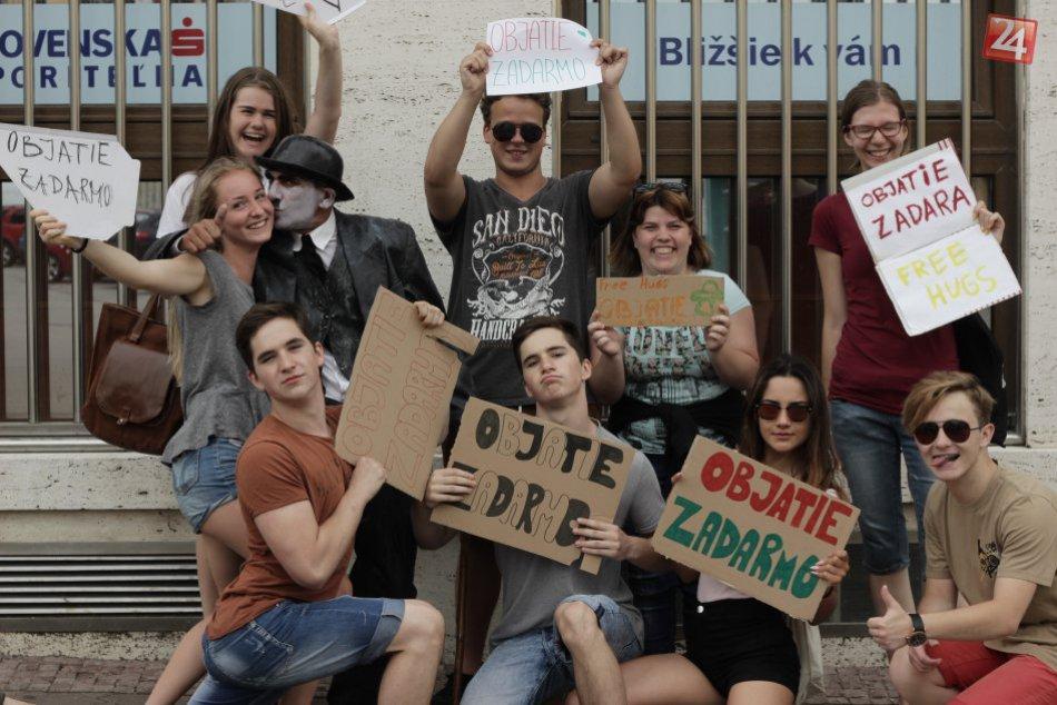 Deň objatí v uliciach Bystrice v OBRAZOCH