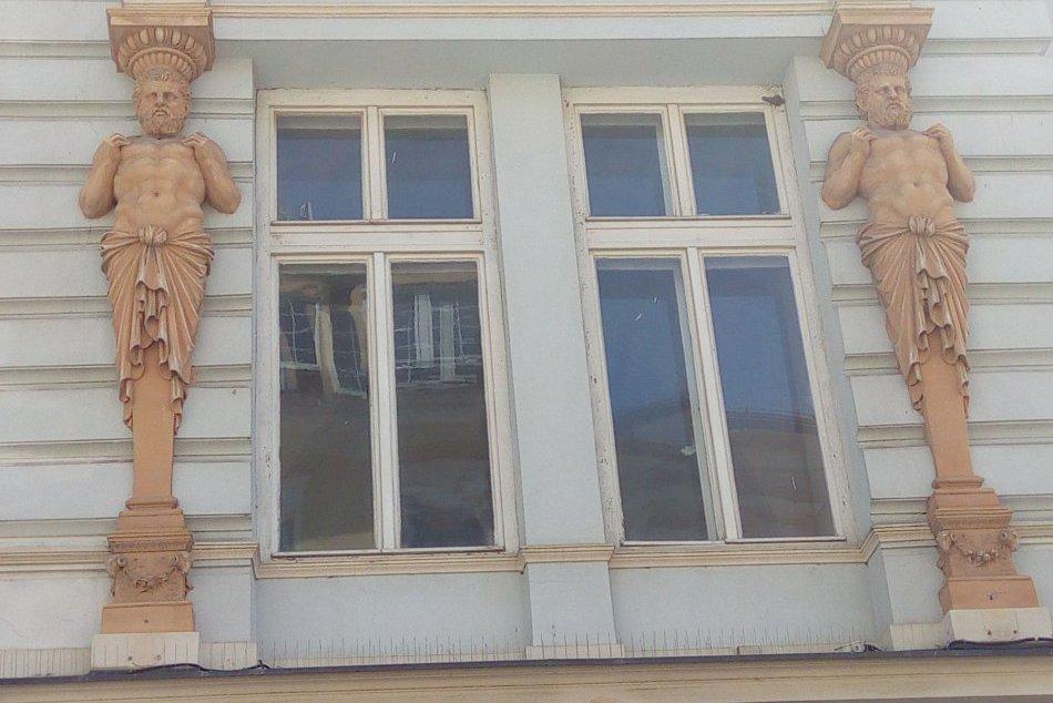 Sochy altantov a karyatíd na fasádach bystrických budov v OBRAZOCH