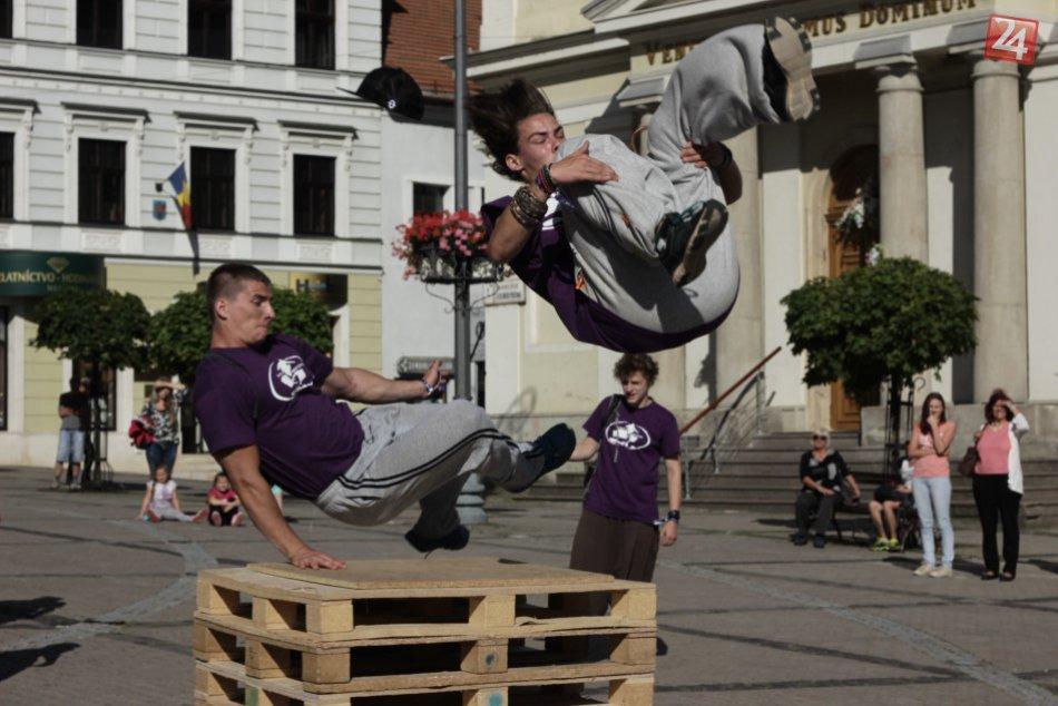 FOTO: Akrobatické kúsky mladých ľudí vo vzduchu