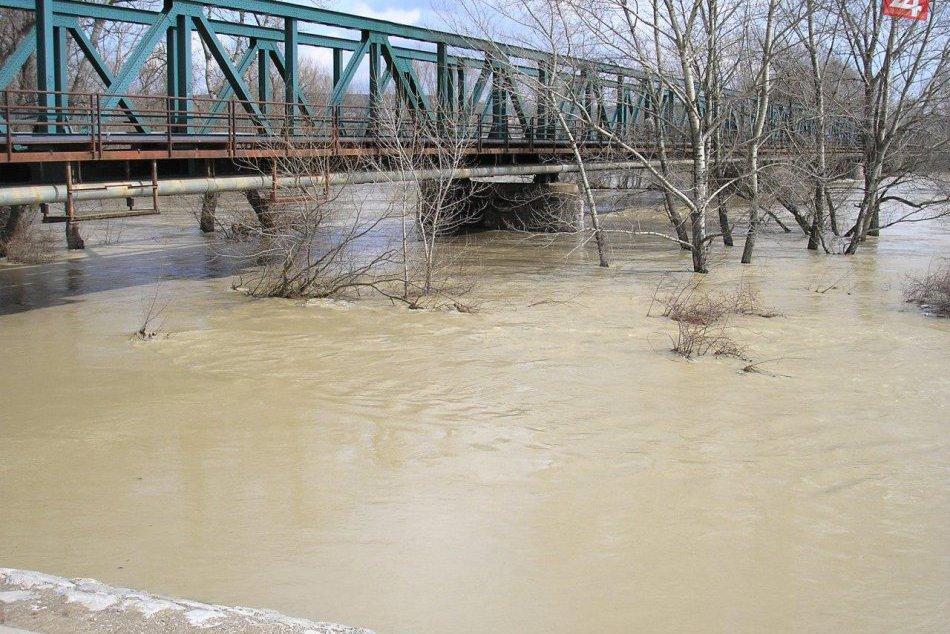 Fotogaléria: Zábery záplav na rieke Váh v Hlohovci v roku 2006