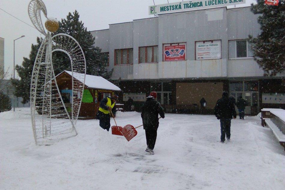 V OBRAZOCH: Vytrvalé sneženie v uliciach Lučenca komplikuje dopravu