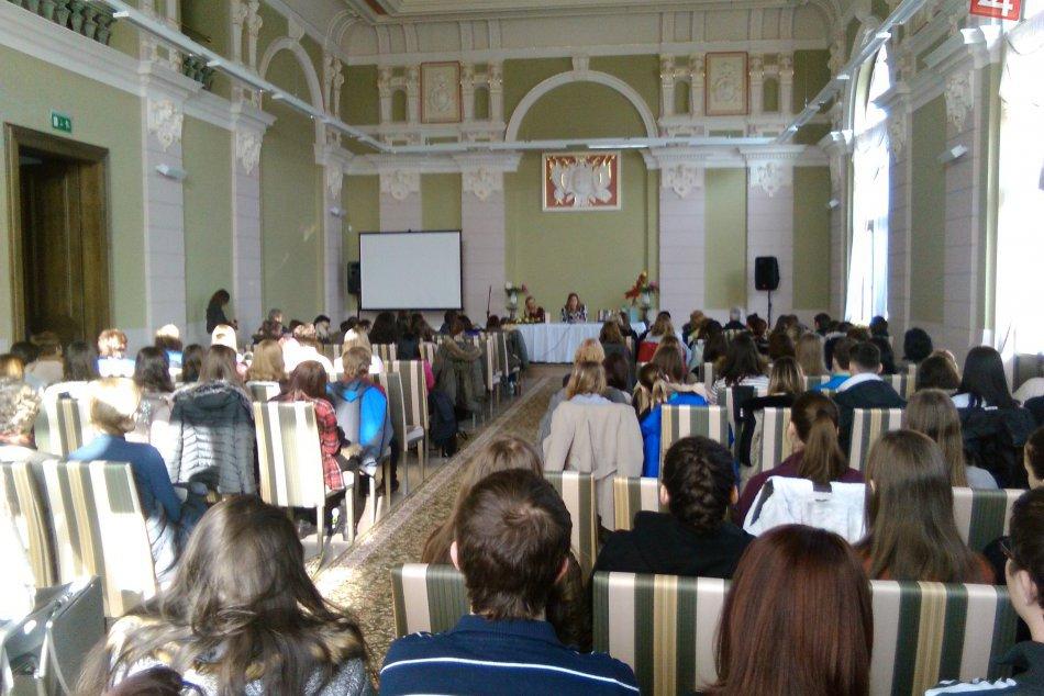 V OBRAZOCH: Lučeneckí študenti so zatajeným dychom počúvali o hrôzach vojny