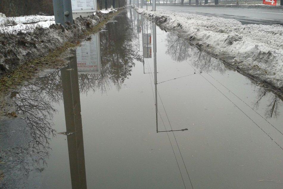 V OBRAZOCH: Zima poľavila. Mnohé bystrické chodníky skončili pod vodou