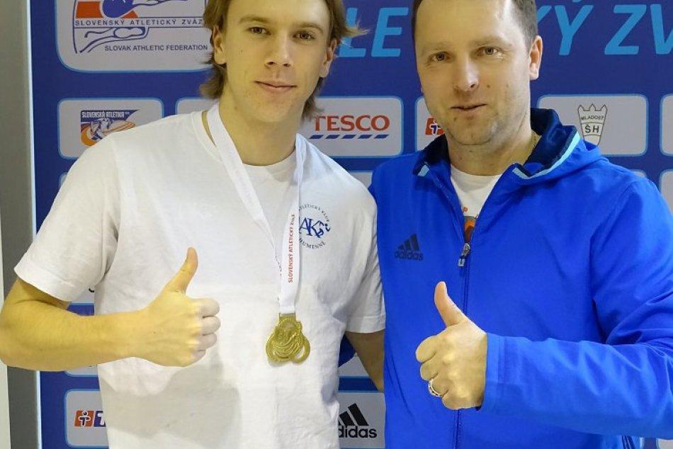 NA FOTO: Majster Slovenska v skoku do diaľky Patrik Megela a tréner Marek Lučka