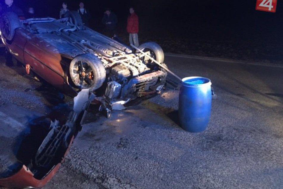 FOTKY z miesta nehody pri Hlohovci: Hondu Civic prevrátilo na strechu!