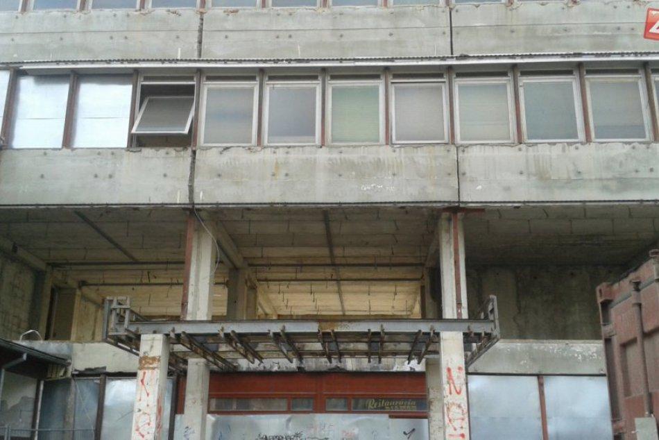 Na budove ZVL v centre Považskej sa začalo pracovať: Ako vyzerá aktuálne?