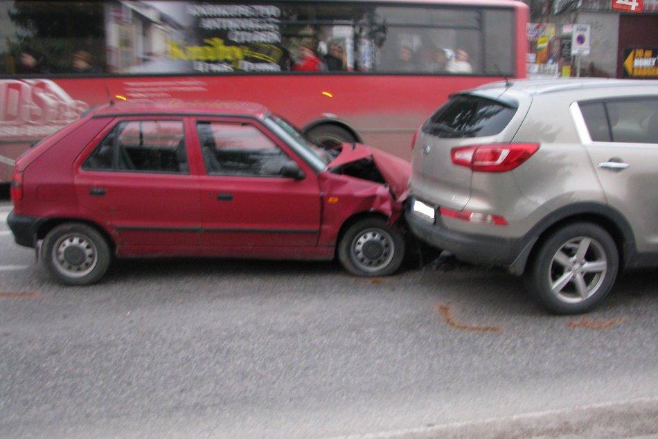 Hromadná zrážka v centre Považskej: Zábery priamo z miesta nehody