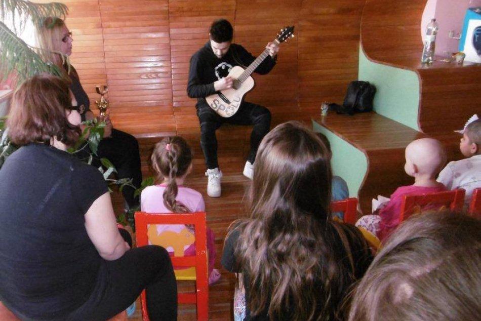 V OBRAZOCH: Choré detičky v bystrickej nemocnici potešil Adam Ďurica