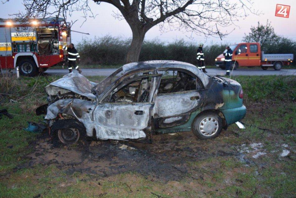 FOTO z nehody pri Trnave: Auto značky Daewoo začalo po náraze do stromu horieť!