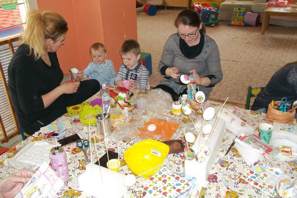 Veľkonočné prípravy mamičiek: Zdobili servítkovou technikou