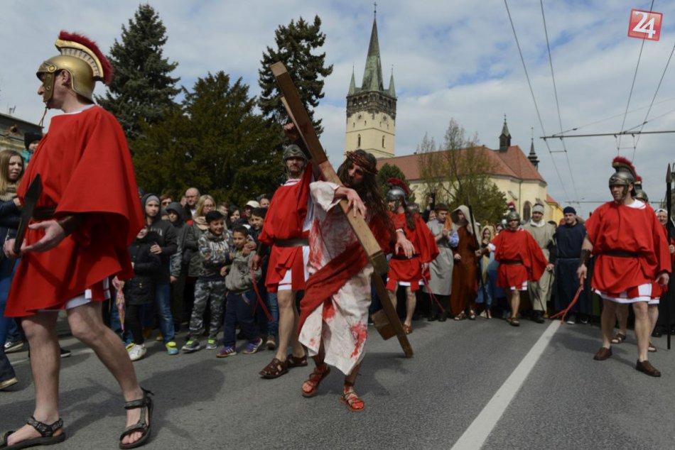 FOTO: Na Živú krížovú cestu do Prešova sa prišlo pozrieť niekoľko tisíc ľudí