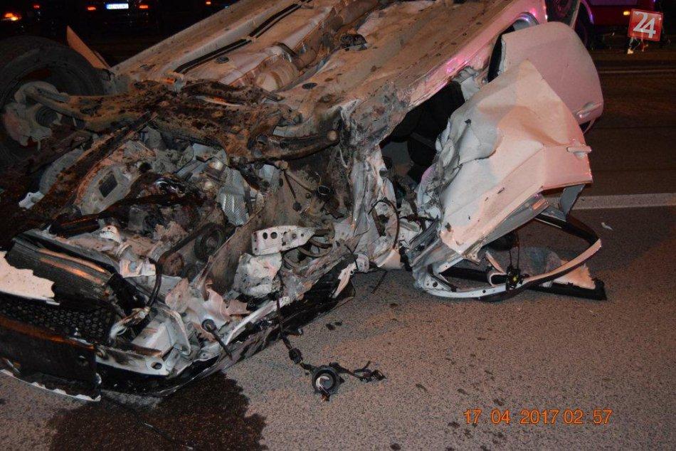 25-ročný vodič skončil so svojím autom na streche