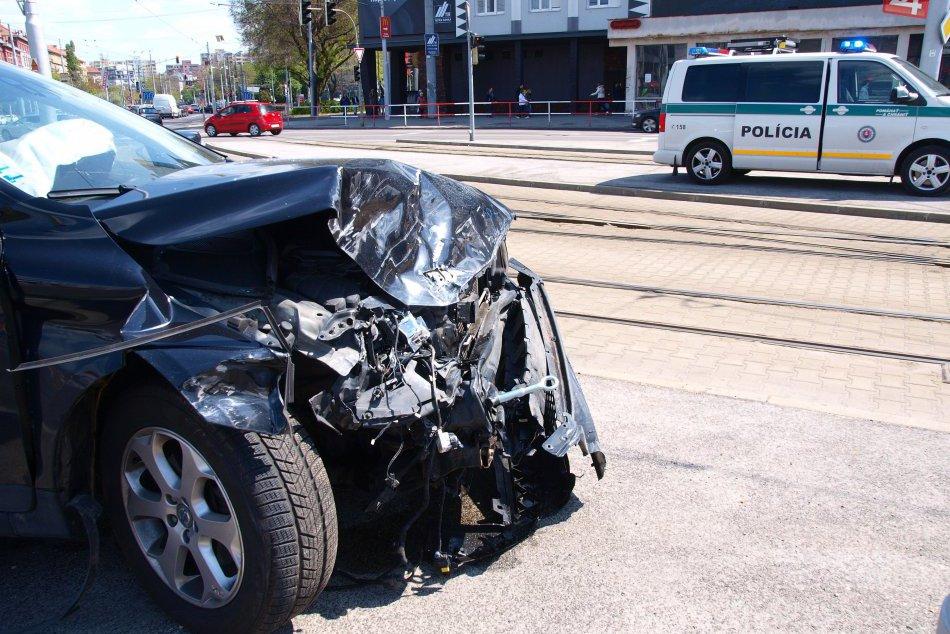 Pri nehode na Trnavskom mýte zasahovalo osem hasičov
