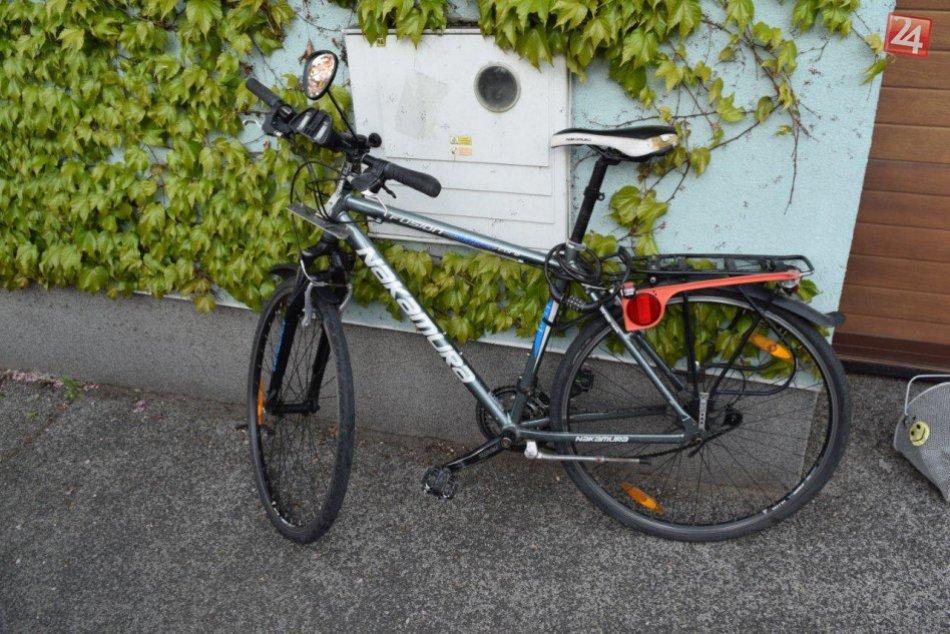 FOTO priamo z miesta: Vodič (43) v Hlohovci zachytil spätným zrkadlom cyklistu