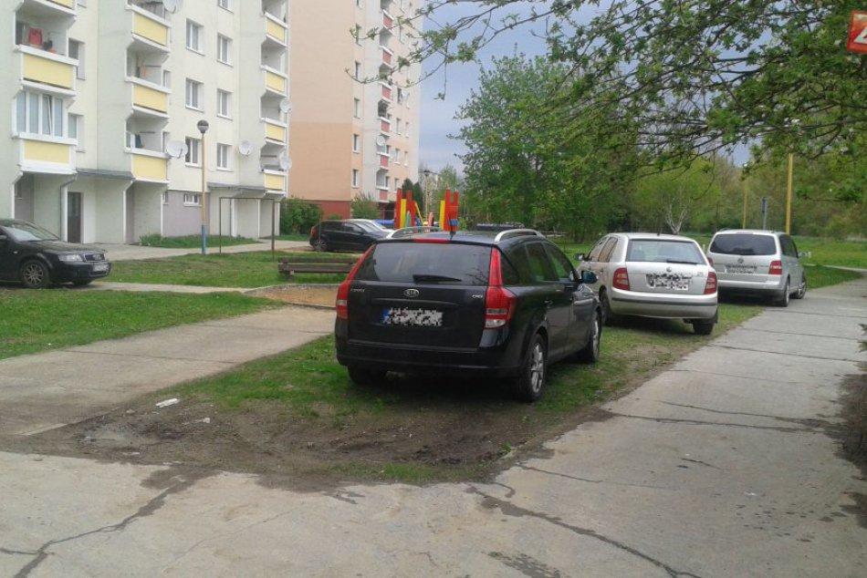 V OBRAZOCH: Problémy s parkovaním vo Zvolene. Vodiči stoja na tráve i chodníkoch