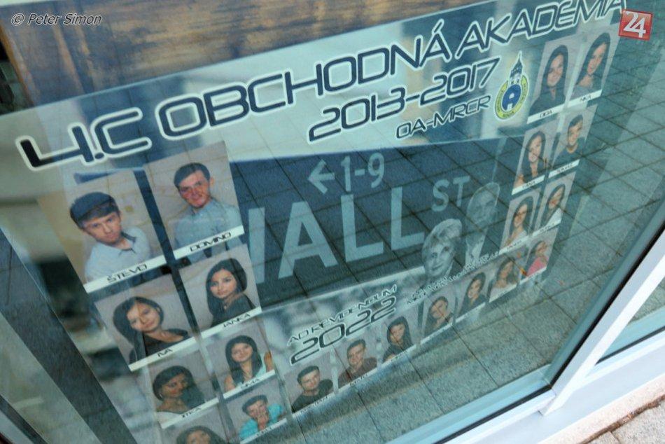 Obrazom: Výklady obchodov na rožňavskom námestí zdobia kreatívne tablá študentov