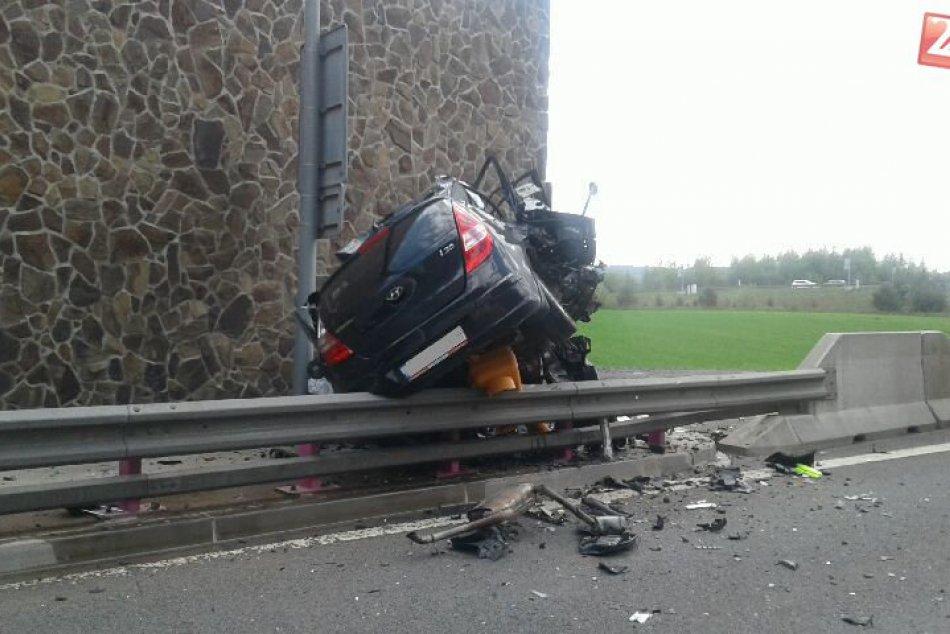 Vodič osobného auta neprežil náraz do betónu
