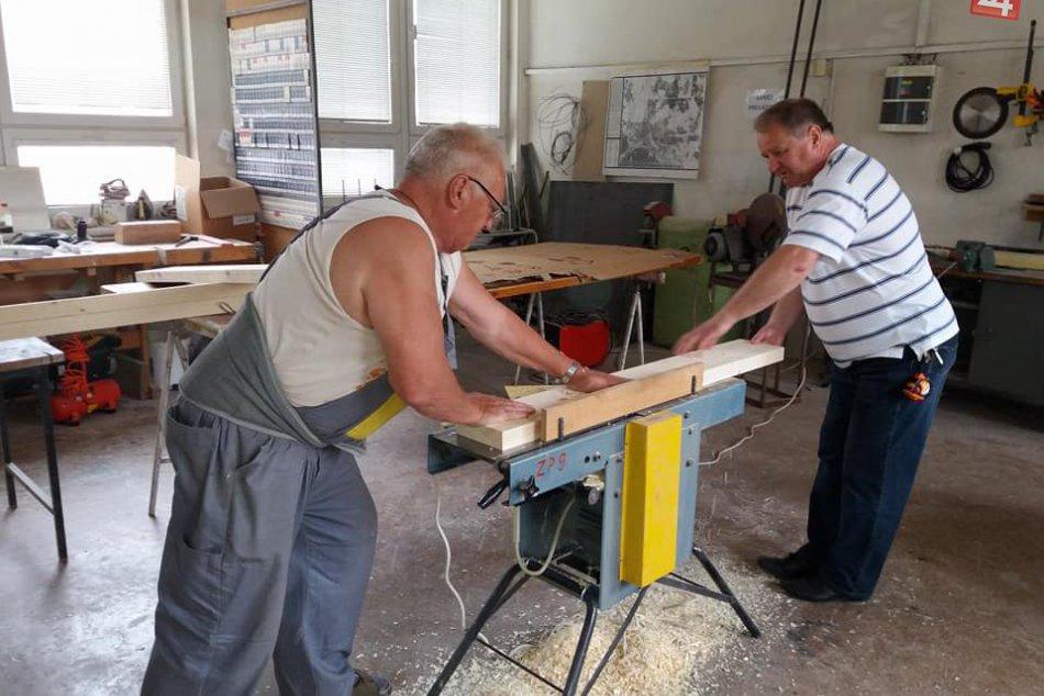 V OBRAZOCH: Príprava dobrovoľníkov na obnovu detských ihrísk