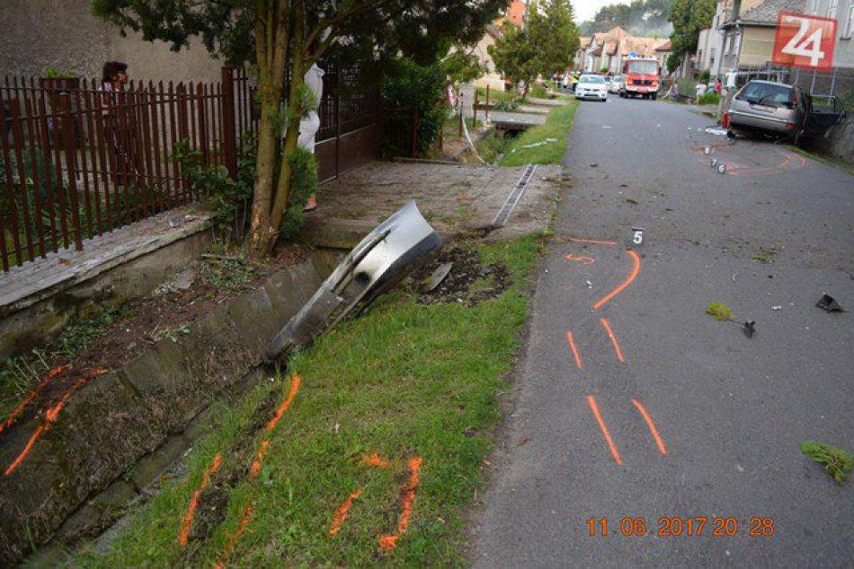 V OBRAZOCH: Zábery z miesta nehody. Pri Lučenci havarovalo auto so 4 deťmi