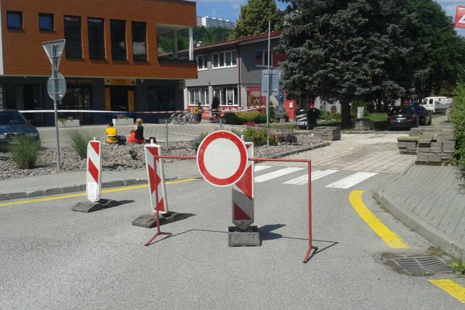 Uzávierka cesty pri nemocnici v Považskej: Dukelská ulica sa opravuje