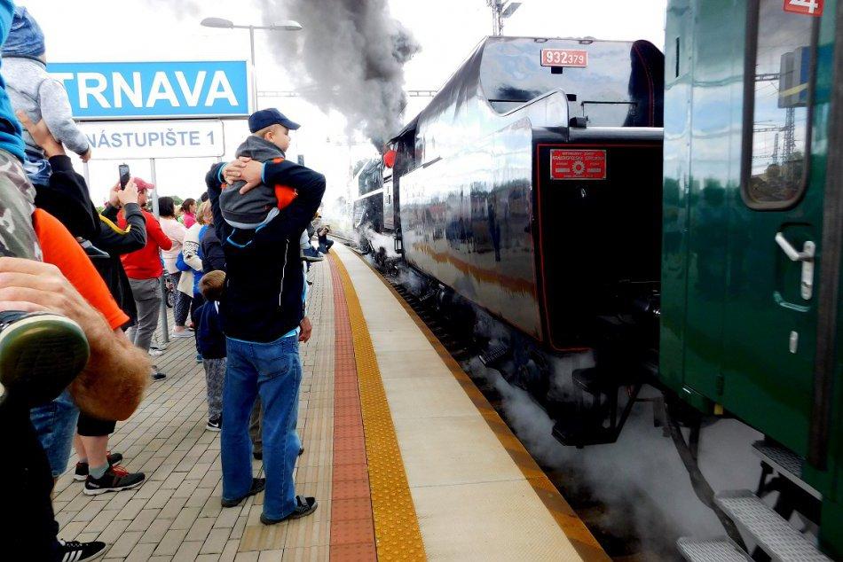 FOTOOBJEKTÍVOM: Takýto krásny parný vlak prechádzal Trnavou