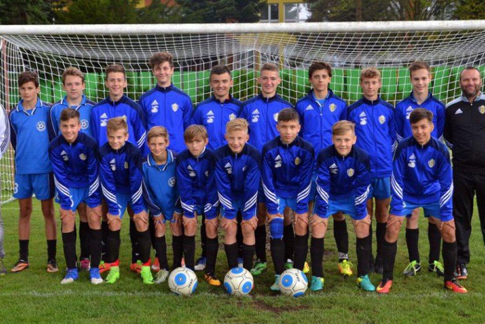 FOTO: Mužstvo starších žiakov FK Humenné, ktoré vybojovalo postup do prvej ligy