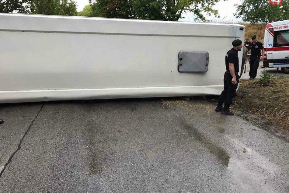 Prvé FOTO z miesta: Dopravná nehoda autobusu