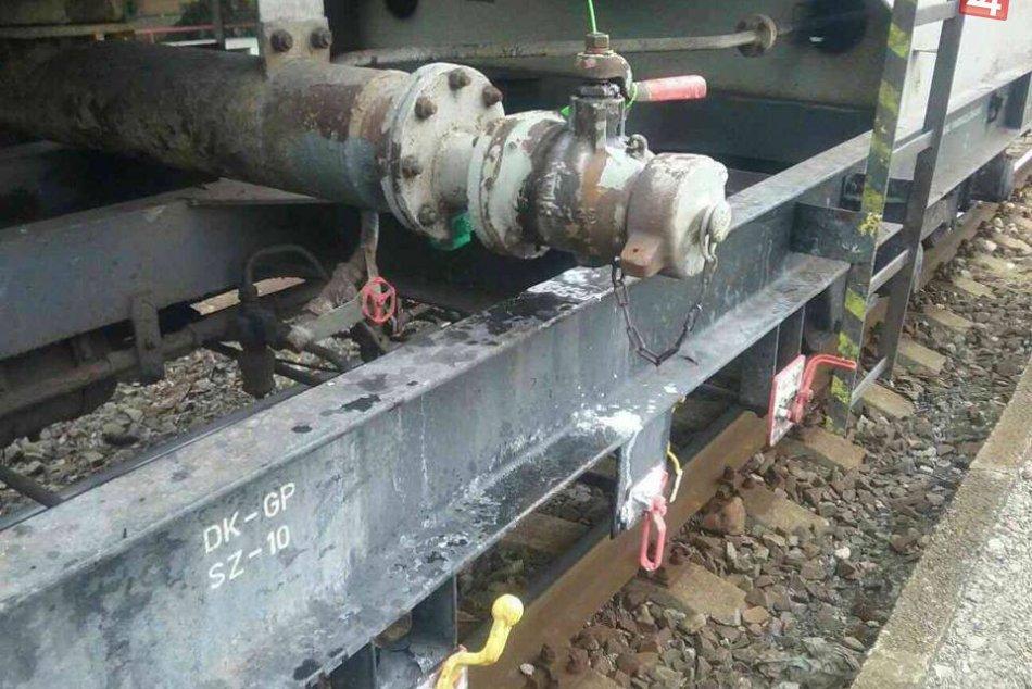V OBRAZOCH: Na železničnej stanici unikal z vagóna hydroxid sodný