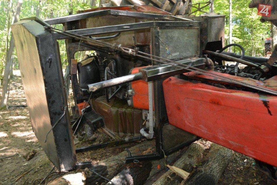 V OBRAZOCH: V lese sa stalo nešťastie. Vodič traktora je vážne zranený