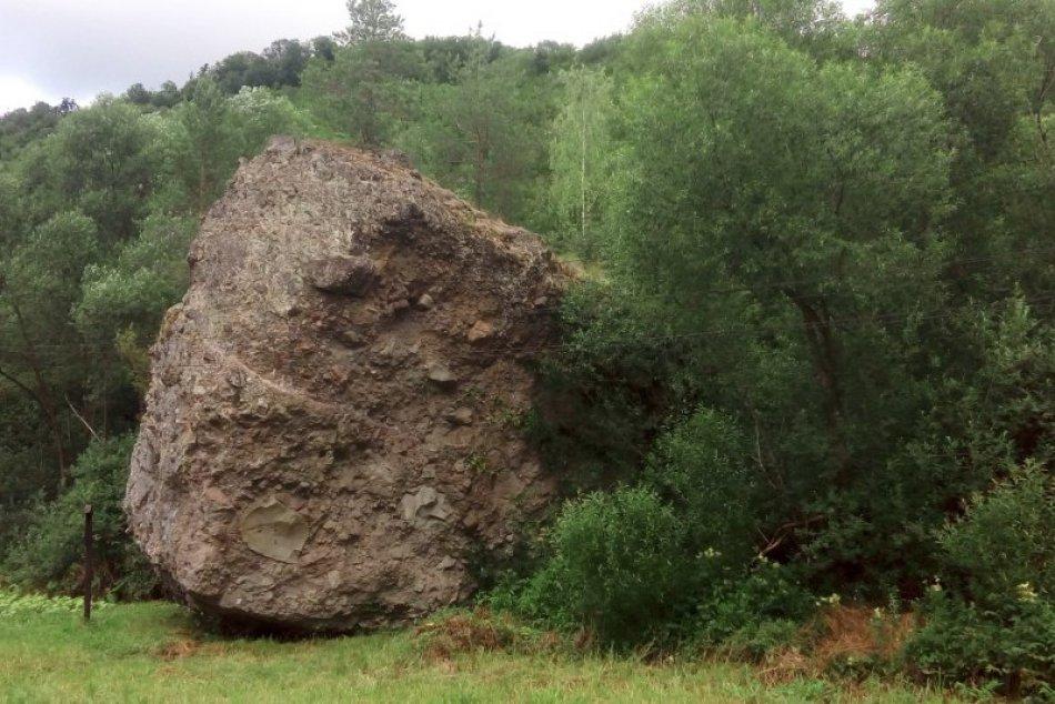 V OBRAZOCH: Ohromný prírodný balvan neďaleko Zvolena