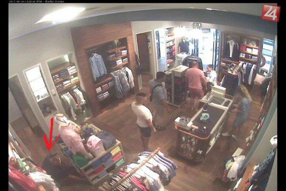 V OBRAZOCH: Z bystrickej predajne ukradli tričká za takmer 600 eur